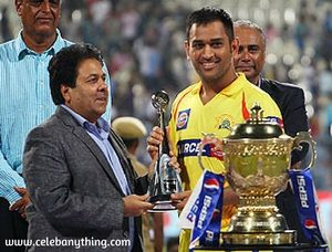 M.s Dhoni Receiving award in ipl | celebanything.com